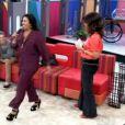 Regina Casé desfilou no palco do 'Encontro com Fátima Bernardes' para exibir seu pijama: 'É Prada', disse ela