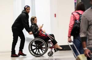 Luana Piovani aparece em cadeira de rodas em aeroporto com Pedro Scooby