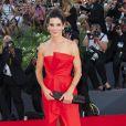 Sandra Bullock usou um vestido fendado no Festival de Veneza