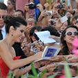 Sandra Bullock dá autógrafo aos fãs