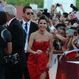 Sandra Bullock exibiu as belas pernas em um vestido vermelho de J. Mendel na 70ª edição do Festival de Veneza