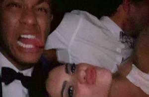 Neymar posa com morena em festa de Réveillon em Barcelona, mas garante: 'Amiga'