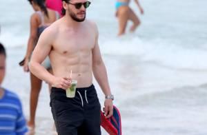 Kit Harington, galã em 'Game of Thrones', passeia em Copacabana. Fotos!