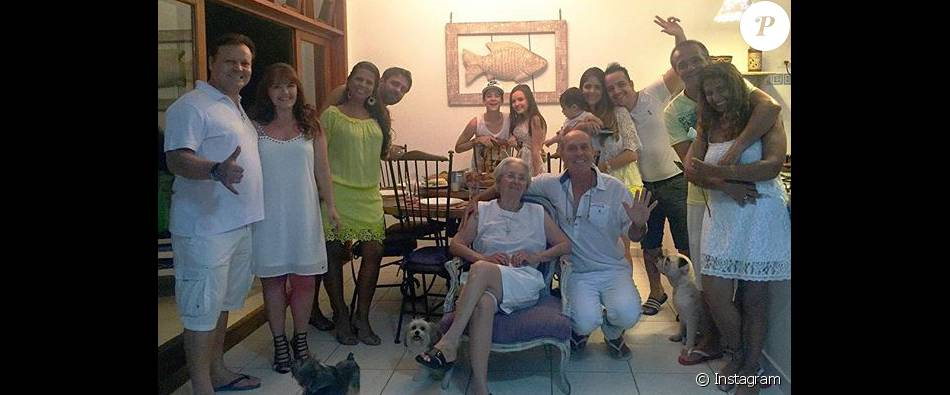 Larissa Manoela posta foto com namorado e familiares nesta sexta-feira, dia 1 de dezembro de 2016