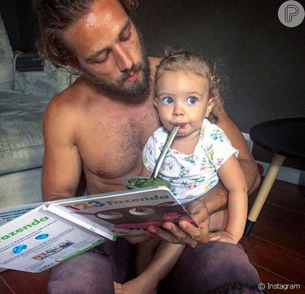 Rafael Cardoso compartilhou um clique em que aparece paparicando a filhota, Aurora, neste sábado, 2 de janeiro de 2016