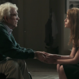 Lívia (Alinne Moraes) conta para Alberto (Juca de Oliveira) que Emília (Ana Beatriz Nogueira) sofreu grave acidente, na novela 'Além do Tempo'