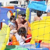 Marcos Caruso curte dia de sol em praia carioca com a netinha, Clarice