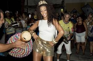 Carnaval 2016: Juliana Alves cai no samba com short curto em ensaio da Tijuca