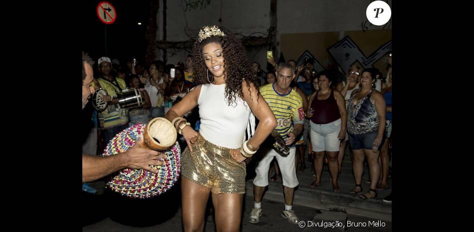 Carnaval 2016: Juliana Alves cai no samba com short curto em ensaio da Tijuca, nesta quinta-feira, 7 de janeiro de 2016