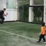 Gerard Piqué se diverte ao ensinar tênis a Milan, de 1 ano e 11 meses. Vídeo!