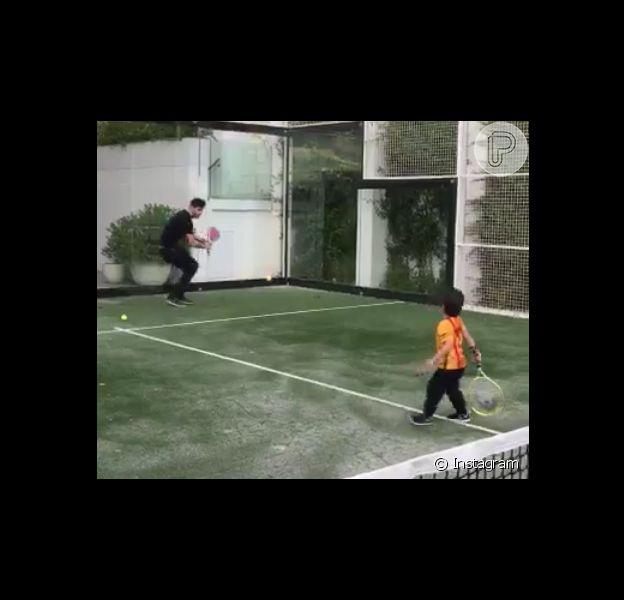 Gerard Piqué deu aulas de tênis para o pequeno Milan, de 1 ano e 11 meses e compartilhou o vídeo em seu Twitter nesta sexta-feira (8)