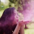 Larissa Manoela brinca com pó colorido em ensaio fotográfico