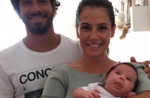 Deborah Secco faz foto de família com marido e filha: 'Tradução de felicidade'