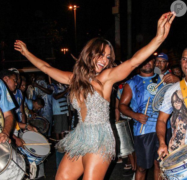 Sabrina Sato sambou em ensaio de rua da Vila Isabel para o Carnaval, na noite deste domingo, 10 de janeiro de 2016
