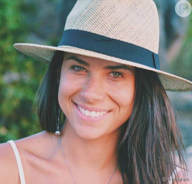 """Ana Tapajós é de Niterói, tem 26 anos e adora surfe e esportes radicais, paixões em comum com o galã global, Caio Castro. Ela apresenta o programa """"Trilhas e Travessias"""" no canal pago Off"""