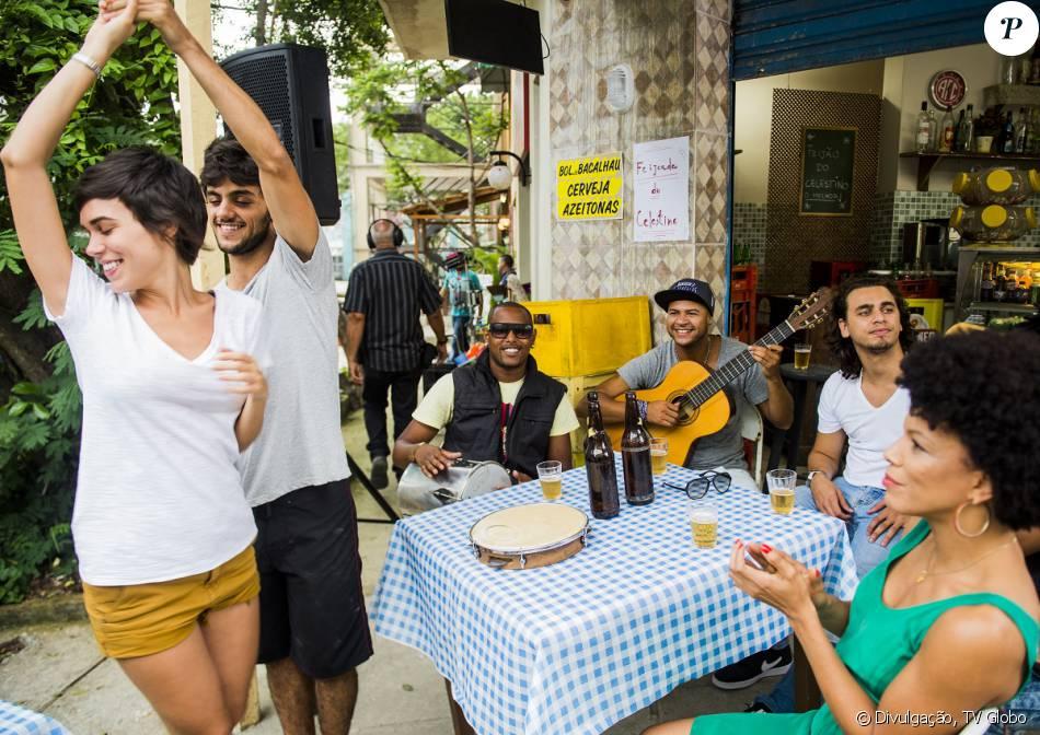 Florisval (Aílton Graça) tira uma foto de Jonatas (Felipe Simas) dançando com Leila (Carla Salle) e manda para Eliza (Marina Ruy Barbosa), na novela 'Totalmente Demais', em janeiro de 2016