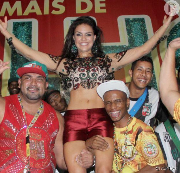 Paloma Bernardi é levantada por ritmistas em ensaio de Carnaval da Grande Rio