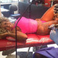 Adélia compartilhou o momento em que o tatuador fazia o grande desenho que tem na perna