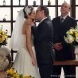 Wilson (Marco Ricca) e Charlene (Mayana Neiva) se beijam no final da cerimônia de seu casamento, em 'Sangue Bom'
