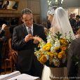 Wilson (Marco Ricca) e Charlene (Mayana Neiva) trocam alianças em cerimônia oferecida por Verônica (Letícia Sabatella), em 'Sangue Bom'