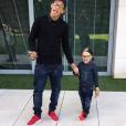 Para colorir o look discreto, Neymar põe um tênis colorido pra destacar a produção. Olha que graça o filho do jogador, Davi Lucca, com visual inspirado no pai!