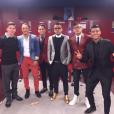 Neymar combina tecidos: jeans com terno de couro