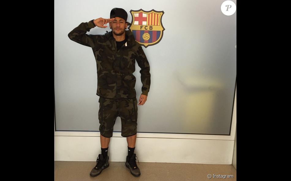 f9d3409b7 Look camuflado com tênis e meias de cano alto para comparecer ao treino no  Barcelona
