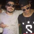 Assim como relógios e cordões, óculos de lentes arredondadas têm sido muito usados por Neymar