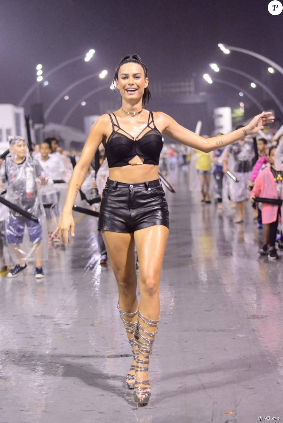 Thaila Ayala encarou a chuva e mostrou samba no pé na noite desta quinta-feira, 14 de janeiro de 2016, durante o ensaio da escola Gaviões da Fiel em São Paulo