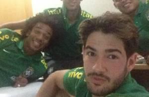 Alexandre Pato e Neymar assistem ao Prêmio Multishow concentrados em Brasília