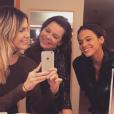 Bruna Marquezine e a atriz Julia Faria foram à peça encenada por Fernanda Souza e posaram no camarim