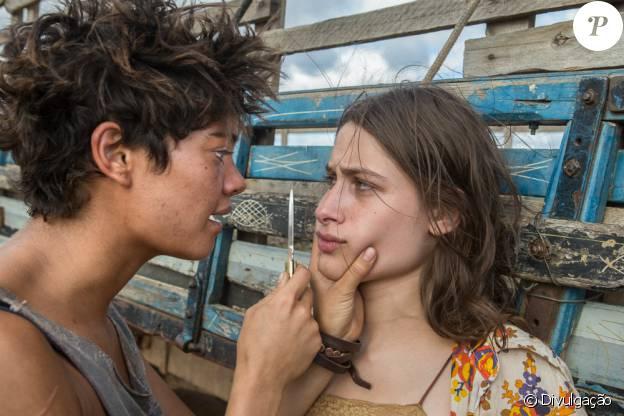 Laura (Luisa Arraes) e Severina (Luisa Arraes) brigam por Ara (Cauã Reymond) no filme 'Reza a Lenda'