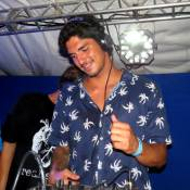 Gabriel Medina ataca de DJ em festa com Carol Barcellos em Fernando de Noronha