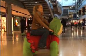 Luciano Huck e Angélica se divertem em carrinhos de pelúcia: 'Rolê'. Vídeo!