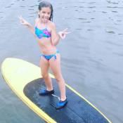 Mel Maia pesca e posa de biquíni em férias após o fim da novela 'Além do Tempo'