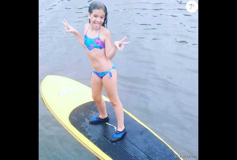 Mel Maia posa de biquíni durante férias em janeiro de 2016