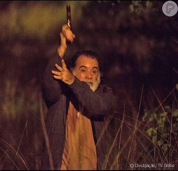 Zé Maria (Tony Ramos) leva um tiro ao fugir dos capangas da facção e cai de um penhasco, na novela 'A Regra do Jogo', em 20 de janeiro de 2016