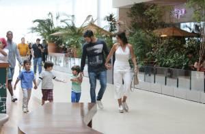 Juliana Paes passeia com filhos, Pedro e Antonio, e o marido no shopping. Fotos!