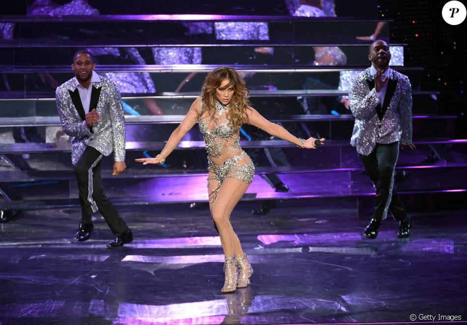 Jennifer Lopez mostrou disposição, aos 46 anos, na estreia da turnê em Las Vegas
