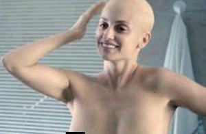 Penélope Cruz surge careca e mostra os seios ao viver mulher com câncer em filme