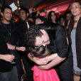 Mel Maia e Tiago Abravanel se abraçam