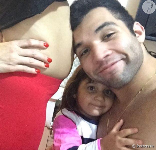Jonathan Costa mostrou para seus seguidores a barriguinha de grávida da mulher, Antônia Fontenelle na tarde desta sexta-feira, 22 de janeiro de 2016