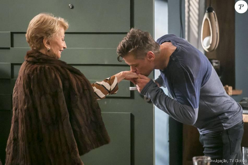 Arthur (Fàbio Assunção)  manda Stelinha (Gloria Menezes) de volta para Paris, na novela 'Totalmente Demais'