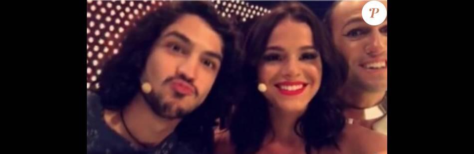 Bruna Marquezine posa sorridente com Gabriel Leone durante gravação no último sábado, 23 de janeiro de 2016
