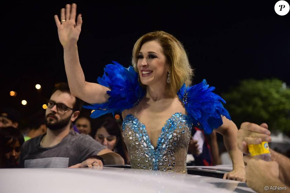 Claudia Raia chegou de limousine ao sambódromo do Anhembi, em São Paulo, na noite deste domingo, 24 de janeiro de 2016