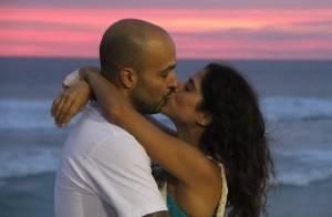 Camilla Camargo e namorado, Leonardo Lessa, se beijam em festa na praia. Fotos!