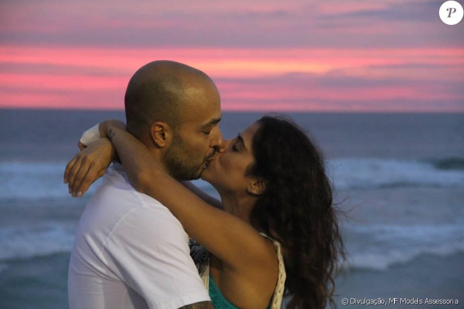 Camilla Camargo e Leonardo Lessa trocaram beijos durante a festa 'O Forninho', que aconteceu nesse domingo, 24 de janeiro de 2016