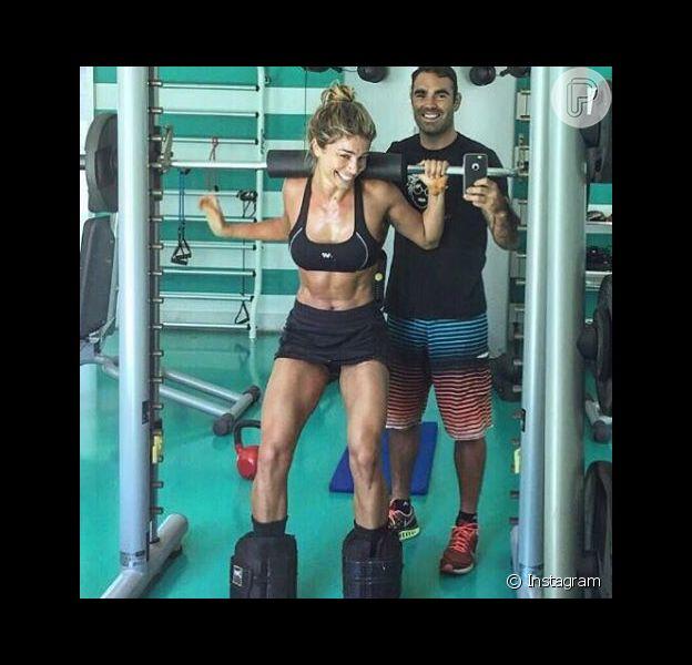 Grazi Massafera apareceu exibindo as pernas torneadas e barriga sarada em uma foto divulgada pelo personal trainer das famosas, Chico Salgado, nesta terça-feira, 26 de janeiro de 2016