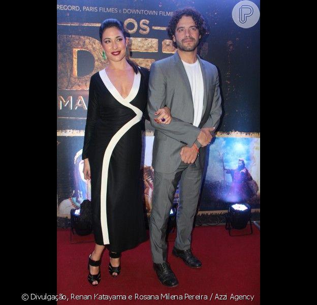Giselle Itié e Guilherme Winter foram juntos ao lançamento de 'Os Dez Mandamentos - O Filme' em shopping de São Paulo, na noite desta terça-feira, 26 de janeiro de 2016