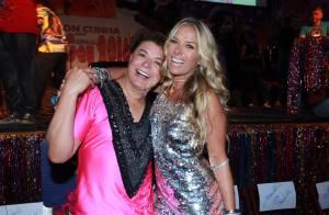 Aos 42, Adriane Galisteu exibe boa forma em vestido curto em baile gay. Fotos!